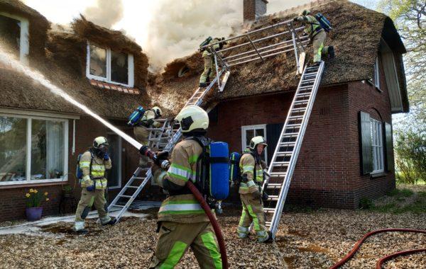 Woningbrand in een boerderij aan de Emelaarseweg